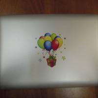 Яркая картинка на пластиковой крышке детского ноутбука